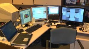 Arbeitsplatz-viele-bildschirme-300x168 in Der richtige Mix: Optionen im Online-Personalmarketing